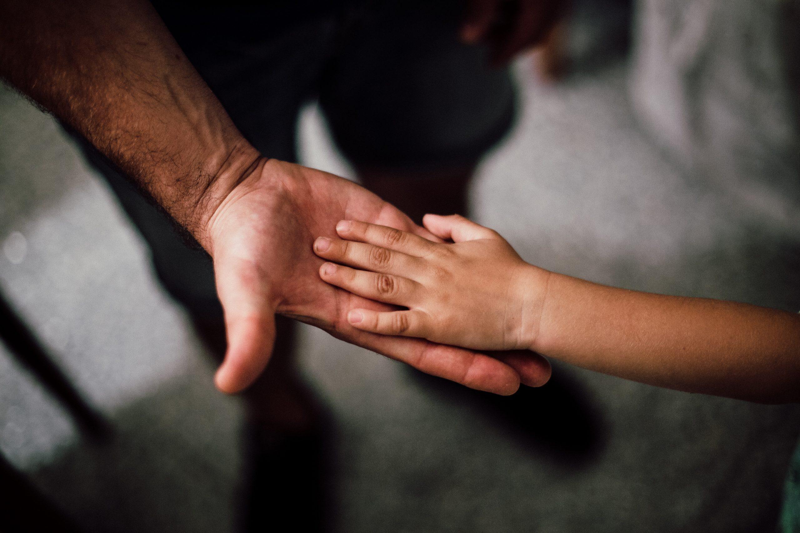 bonus-figli-a-carico-mani-padre-figlio