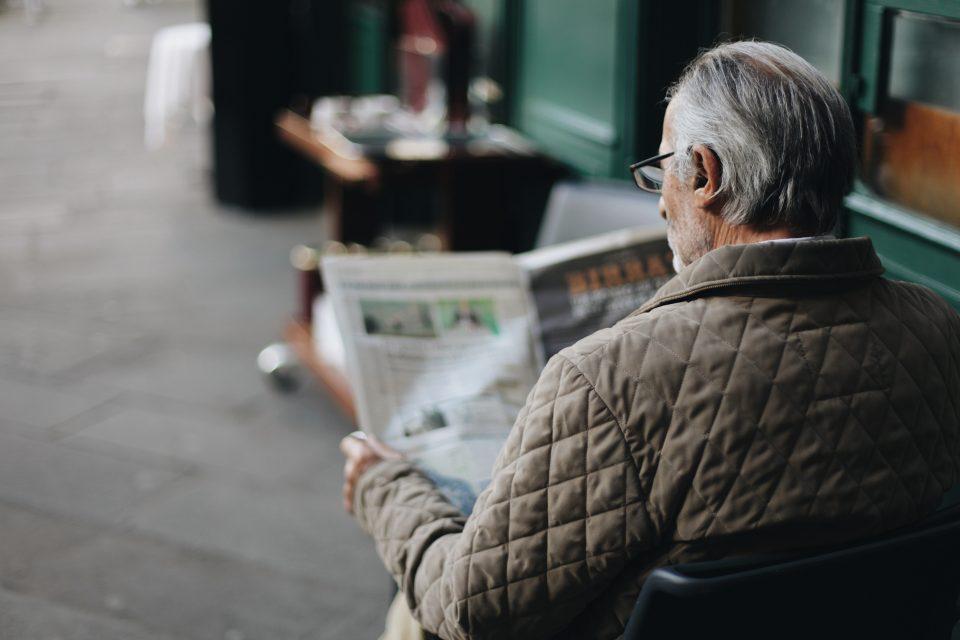 ape-sociale-2021-uomo-con-giornale